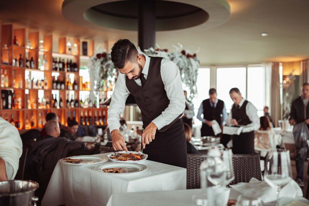 Gente-di-Mare-ristorante-cattolica-riviera-cameriere-servizio-qualita
