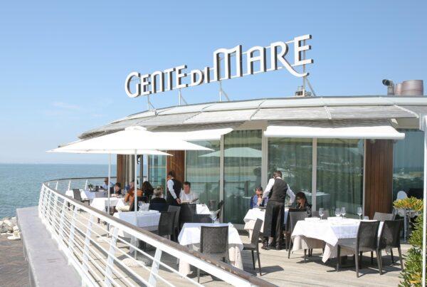 Gente-di-Mare-ristorante-cattolica-riviera-esterno-ingresso-vista-mare-darsena-molo-onde