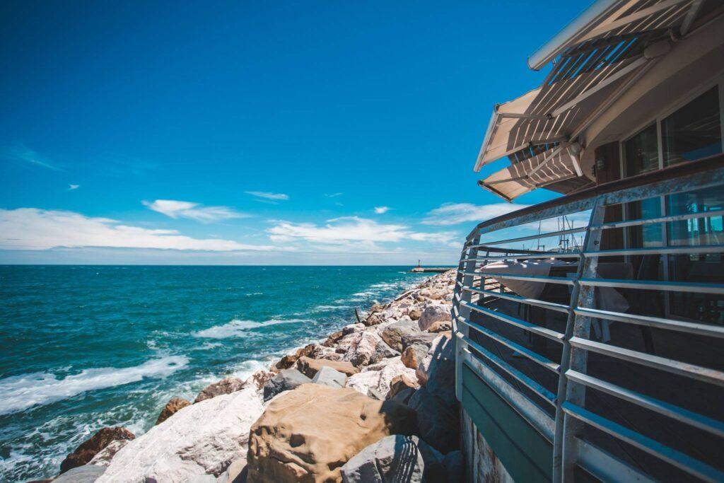 Gente-di-Mare-ristorante-cattolica-riviera-mare-scogli-onde-vista-panorama