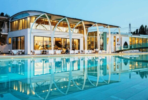 Riviera-Golf-Resort-location-con-piscina-illuminata-e-ristorante