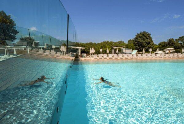 Riviera-Oasis-Club-swimming-pool-beach-club-ragazza-che-nuota