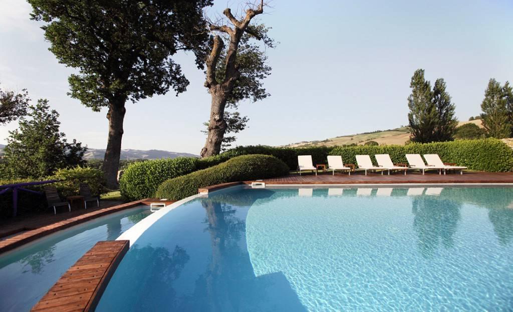 Tenuta-Santi-Giacomo-e-Filippo-piscina-openair-tramonto-relax-entroterra-urbino