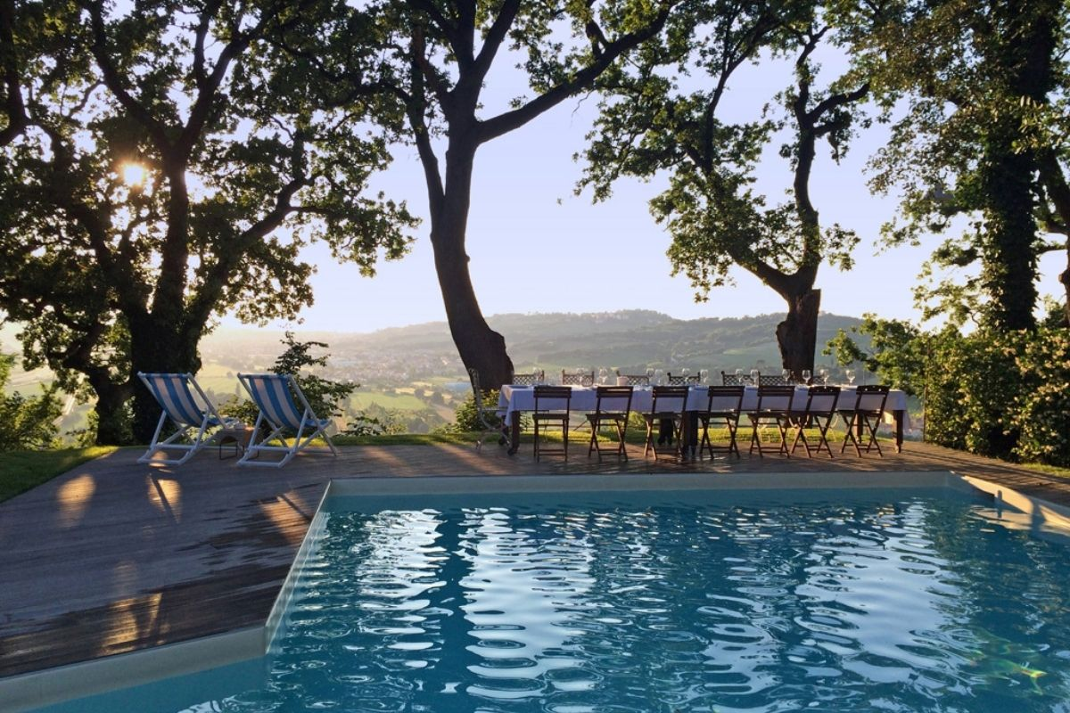 castello-di-granarola-piscina-panorama-collina-tramonto-living-riviera