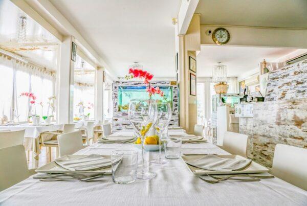 ristorante-patty-da-diego-pesce-crudita-riccione-interni-tavolo-living-riviera