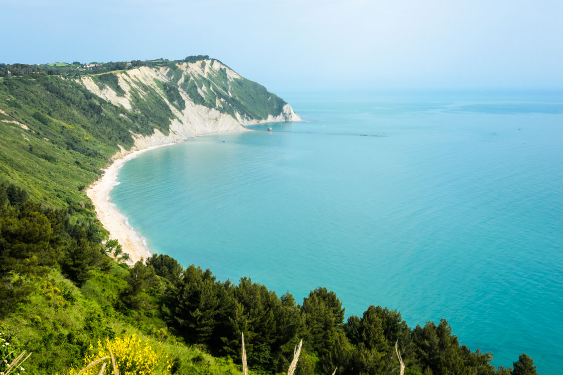 spiaggia-mezzavalle-naturale-conero-ancona